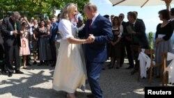 Президент России Владимир Путин танцует с министром иностранных дел Австрии Карин Кнайсль, которая выходит замуж за австрийского бизнесмена. Гамлитц, 18 августа 2018 года.