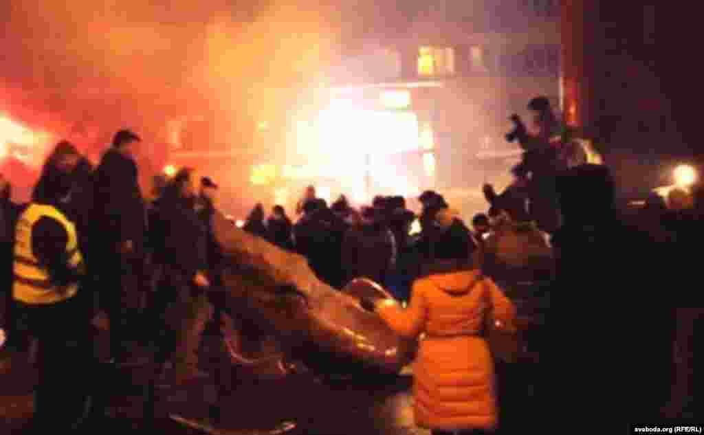 Пам'ятник Леніну в Києві повалено і зруйновано. 8 грудня 2013 року