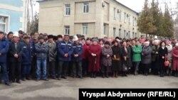 """""""Кыргызмунайгаз"""" ишканасынын нааразылыкка чыккан жамааты. 14-март, 2014-жыл."""