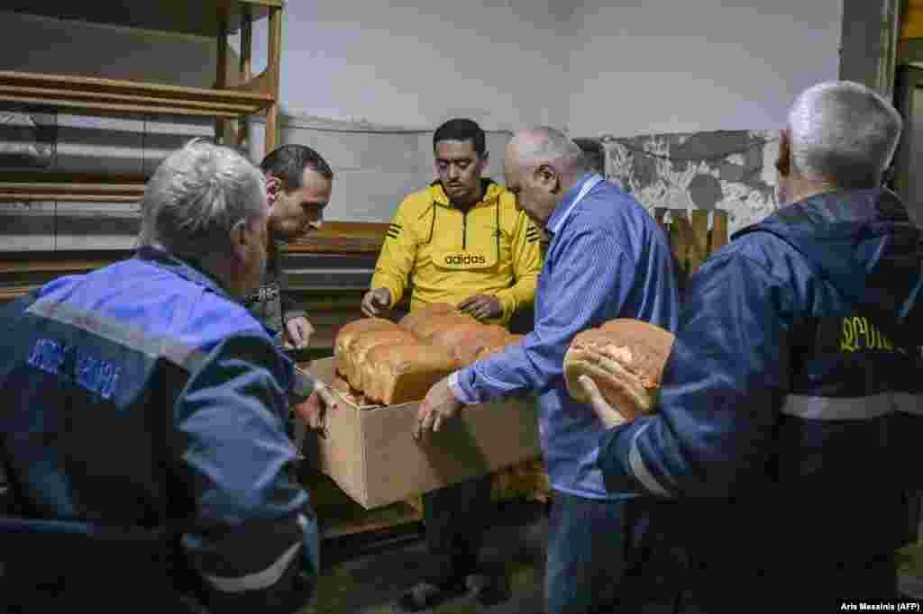 Sztepanakerti lakosok, amint átveszik az ingyen kenyeret.