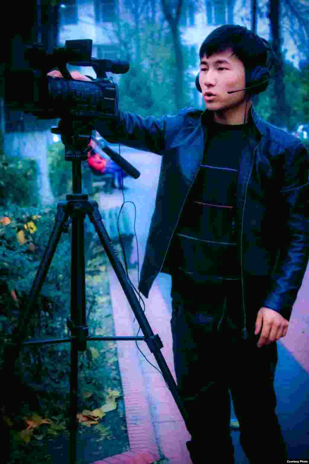"""""""Young Media"""" тобунун оператору Айткул Өмүрбеков. Автору Салик Исаков, Ош шаары."""