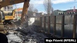 Демонтаж стены в городе Митровица на севере Косова. 5 февраля 2017 года.