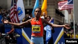 Бостон марафонына қатысушы кениялық әйел мәре сызығына жақындап келеді. Бостон, 15 сәуір 2013 жыл.