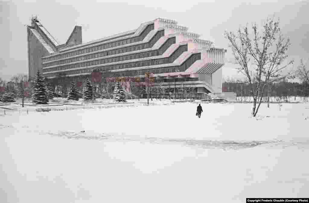 Факультет архітектури Білоруського національного технічного університету в Мінську, було збудовано 1983 року за проектом Віктора Анікіна і Ігоря Есьман. «Мені подобається це відчуття, коли ти стоїш перед будівлею, яке в якомусь сенсі –Енігма. У [цього архітектурного стилю] немає конкретного джерела. Ці будівлі просто існують поза часом», –каже фотограф
