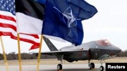 Флаги США, Эстонии и НАТО
