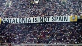 """""""Каталония - не Испания"""". Этот лозунг появился на трибунах во время матча между командами  """"Барселона"""" и """"Реал"""" (Мадрид)"""