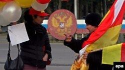 Часть общества хочет идти по абхазскому варианту независимого государства, но де-факто зависимого от Москвы в военной, экономической и других областях. Другая часть говорит, что нужно сливаться с Россией