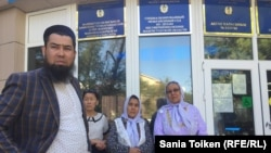 Оралман из Ирана Исрафил Баги (слева) у здания суда в Актау, где рассматривается его иск к миграционной службе Мангистауской области. 4 июля 2017 года.