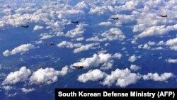 Американски и јужнокорејски воени авиони на заеднички вежби над Јужна Кореја на 31 август 2017