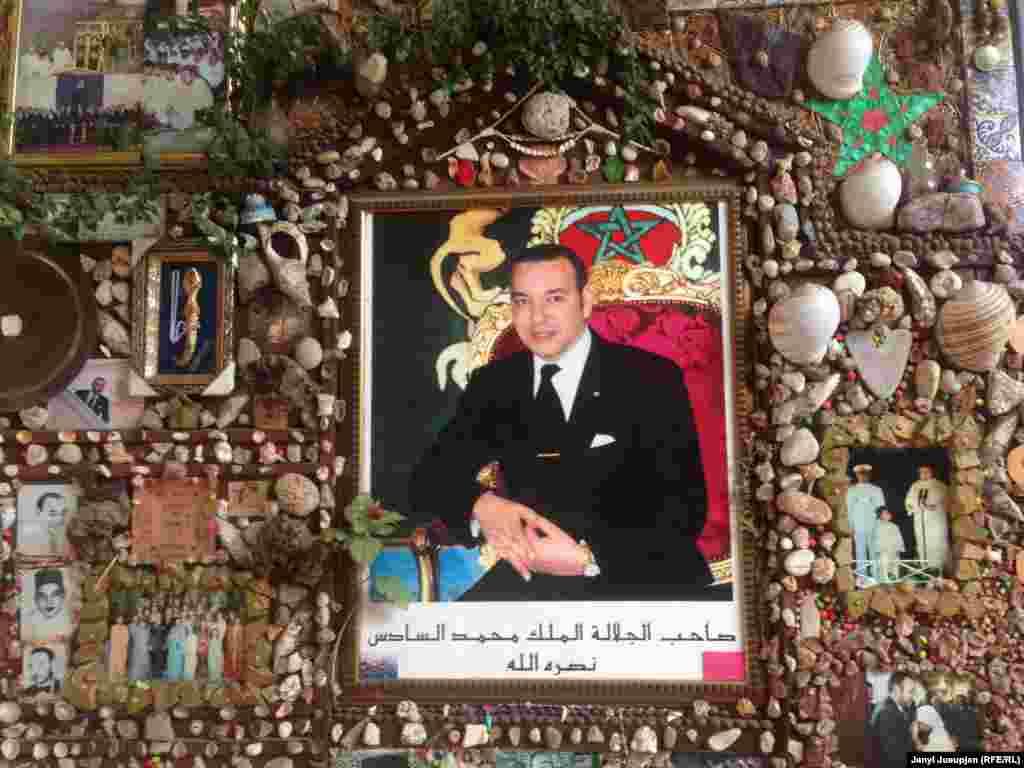Морокко конституционная, но все-же монархия, и их король, Мохаммад VI, не совсем средневековый тип – он имеет докторскую степень, полученную во французском университете. Именно он провел через парламент закон по уравнению прав женщин с мужчинами. Но богаства у него сказочные – 2.5 млрд. долларов. Четыре года назад во время «Арабской весны» шли бесконечные демонстрации - ведь страну душит коррупция. Но как показывает пример этой страны – и при монархе страна может добиться успехов в социально-экономическом развитии.