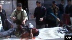 Як стверджують, на цьому відеокадрі – боєць повстанців в Аль-Кусейрі, поранений на початку останнього наступу на місто 19 травня 2013 року