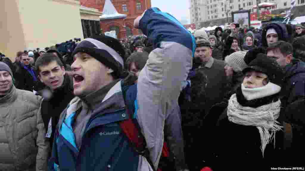 """Люди водили хоровод и выкрикивали """"Путин, лыжи, Магадан"""""""