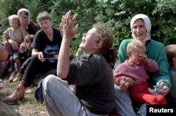 Refugiate din Srebrenica îi plâng pe bărbații pe care i-au pierdut în Tuzla, în iulie 1995, după ce au fost evacuate din Potocari.