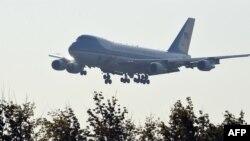 Самолет президента США Air Force One заходит на посадку