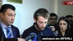 Tələbələr vise-spiker Eduard Şarmazanovla (solda) danışıqlardan sonra etiraz aksiyasını dayandırmaq qərarına gəliblər