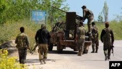 گروهی از مردان مسلح در نزدیکی جسر الشغور، ۵ اردیبهشت