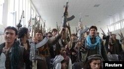 Afganistan - Militanții talibani, care fac parte dintr-un grup de o sută de talibani afgani, își predau armele în timp ce participă la programul de reconciliere și reintegrare al guvernului afgan în provincia Laghman, 12 mar 2012