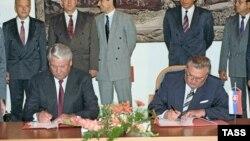 Михал Ковач во время подписания совместных документов с Борисом Ельциным