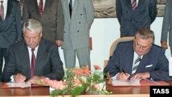 Словакияның алғашқы президенті Михал Ковач (оң жақта) Ресейдің алғашқы президенті Борис Ельцинмен келісімге қол қойып отыр.