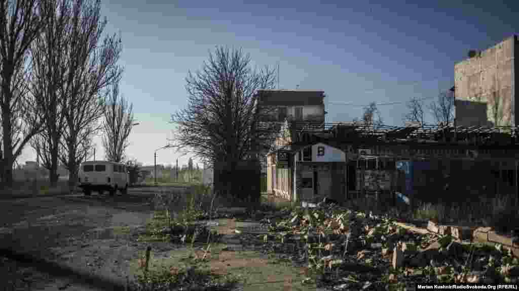 У Красногорівці, що на Донеччині, місцеві жителі скаржаться на щоденні обстріли із крупнокаліберної зброї. Відтак, із настанням сутінок, місто перетворюється в єдину ціль для російсько-сепаратистських сил. Особливо страждають прифронтові житлові сектори. Місцеві кажуть, що стріляють зі сторони Донецька