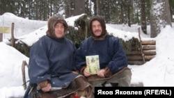 Яков Яковлев (справа) на хантыйском стойбище. 2006 г.