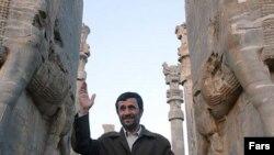 محمود احمدی نژاد، در مجموعه باستانی تخت جمشید در استان فارس