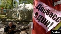 Сепаратистский плакат на одной из улиц Донецка