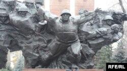 Алма-Атыда 28 сугышчы-панфиловчыга куелган һәйкәл