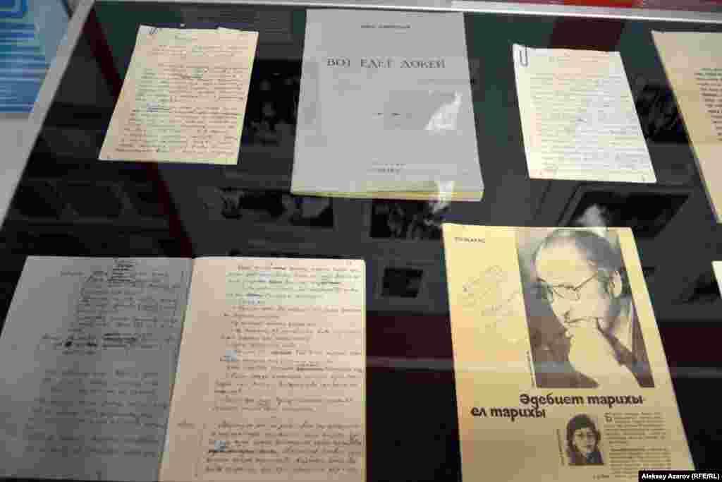 Рукописей на выставке немного. Вот, например, тетрадь и письмаСафуана Шаймерденова.