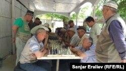 Ош шаары. Навои эс алуу багында шахмат ойногон аксакалдар. 28-май, 2019-жыл.