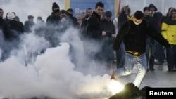 Судири меѓу демонстрантите од Самоопределување и косовската полиција на граничниот премин Мердаре.