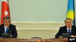 Қазақстан президенті Нұрсұлтан Назарбаев (сол жақта) Түркия президенті Абдулла Гүл.