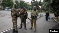 Проросійські бойовики в центрі міста Сніжне 12 червня 2014 року