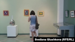 Посетительница в Музее современного искусства. Астана, 3 августа 2014 года.