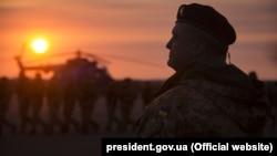 Президент України Петро Порошенко у Маріуполі, 16 листопада 2017 року. Порошенко не раз підкреслював, що реінтеграцію окупованих частин Донбасу та Криму повинна відбуватись дипломатичним шляхом