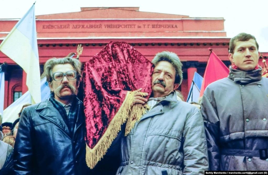 18 листопада 1989 року о 20:30 літак із трунами Стуса, Литвина і Тихого приземлився в київському аеропорту «Бориспіль». Зустрічати їх тоді зібралися сотні людей, які тримали в руках свічки та корогви ******** На цьому фото, вже 19 листопада, біля Київського національного університету домовину поета Василя Стуса тримають колишні політв'язні. На світлині Левко Лук'яненнко (ліворуч) і Михайло Горинь
