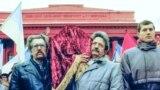 18 листопада 1989 року о 20:30 літак із трунами Стуса, Литвина і Тихого приземлився в київському аеропорту &laquo;Бориспіль&raquo;.<br /> <br /> Зустрічати їх тоді зібралися сотні людей, які тримали в руках свічки та корогви.<br /> <br /> ********<br /> На цьому фото, вже 19 листопада, біля Київського національного університету домовину поета Василя Стуса тримають колишні політв&rsquo;язні. На світлині: Левко Лук&#39;яненко (ліворуч) і Михайло Горинь&nbsp;<br /> <br /> &nbsp;