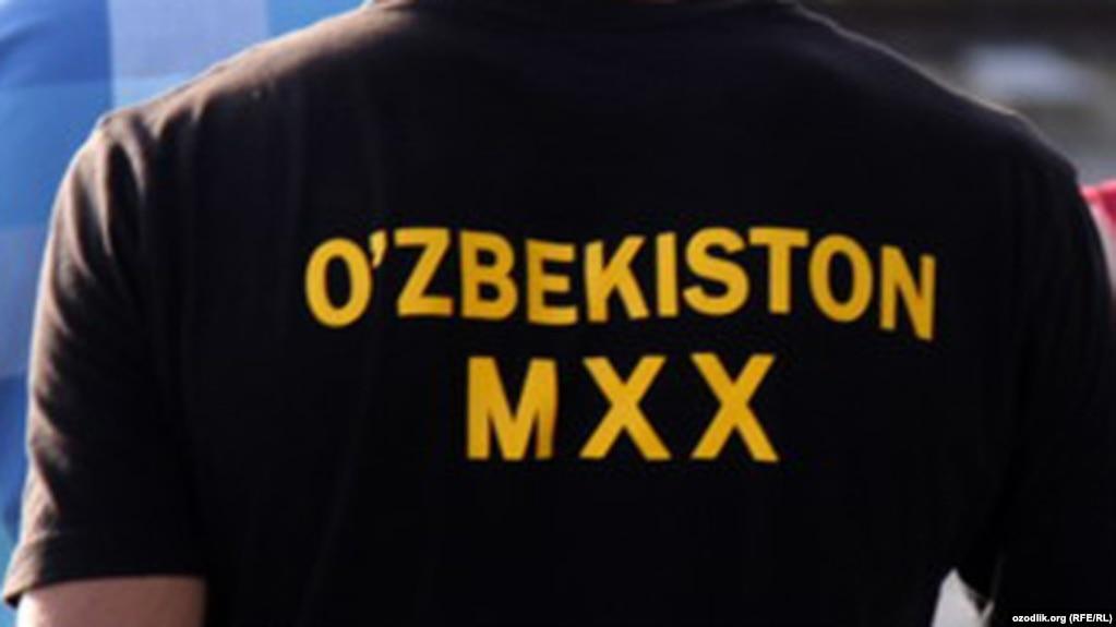 Мужчина в футболке с надписью: «Служба национальной безопасности Узбекистана».