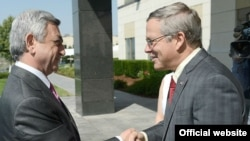 Президент Армении Серж Саргсян (слева) поздравляет посла США в Армении Джона Хефферна (справа), Ереван, 1 июля 2013 г. (Фотография - пресс-служба президента Армении)