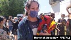 Активистка Асия Тулесова после выхода из алматинского следственного изолятора (СИЗО), где пробыла около двух месяцев. Алматы, 12 августа 2020 года.