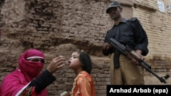 A polio worker administers polio vaccine to a child in Peshawar, the provincial capital of Pakistan's Khyber-Pakhtunkhwa province. (file photo)