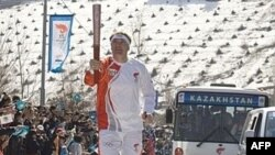 Казахстанский лыжник Владимир Смирнов, чемпион Олимпиады 1994 года, бежит во время эстафеты олимпийского огня. Алматы, апрель 2008 года.