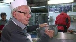 """Римски бездомници добиваат оброк од 90 годишен """"херој"""""""