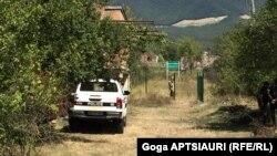 Вместо ворот недостроенного дома семьи Гугутишвили в селе Гугутианткари сегодня уже «красуются» зеленые столбы, обтянутые проволочным заграждением