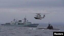 Канадский военный корабль и немецкая подводная лодка участвуют в противолодочных учениях НАТО в Северном море у берегов Норвегии, 4 мая 2015