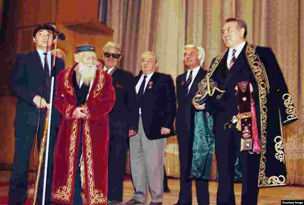 На первой инаугурации поэт Шакен Абенов дал благословение (бата) Нурсултану Назарбаеву, пожелав, чтобы имя Назарбаева было вписано в мировую историю, и призвав положить конец трайбализму. Во время последующих инаугураций президента таких выступлений с благословениями больше не было. Алматы, 10 декабря 1991 года.