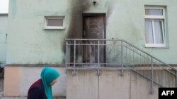 Следы взрыва на двери мечети в Дрездене