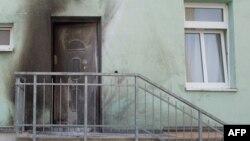Следы взрыва на двери мечети в Дрездене.