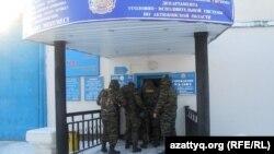 У входа в следственный изолятор в Актобе. 14 декабря 2011 года.