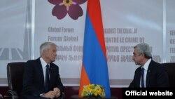 Турб'єрн Яґланн (л) і Серж Сарґсян (п) під час зустрічі в Єревані, 22 квітня 2015 року